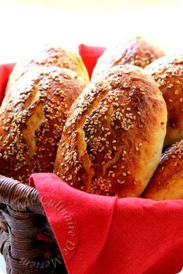 Salem alaykoum; Ces petits pains sont une pure merveille, que je recommande vivement, ils sont tout doux, tout moelleux, et surtout faciles et rapides a réaliser, sans pétrissage, ni temps de pause, pour un résultat bluffant ... Que demander...