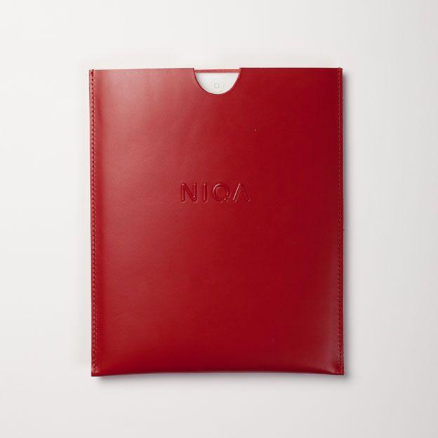 Etui na tablet, kolor czerwony; Projektant: Niqa; Wartość: 119 zł; Poczucie nowoczesności: bezcenne. Powyższy materiał nie stanowi oferty handlowej