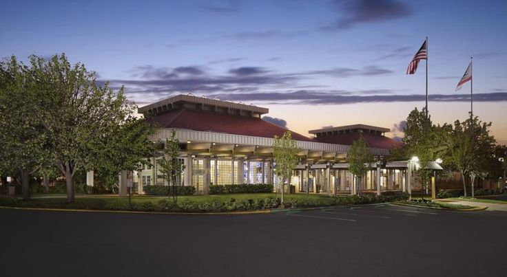 Hilton Oakland Airport Oakland Located 1.6 km from Oakland International Airport, this hotel is nestled on 12 landscaped acres. It features an outdoor pool and an on-site restaurant. A free airport shuttle is available.