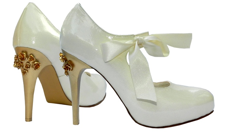 MarF zapato de Novia en Cuero Charol Italiano con suela y taco artesanal en color Oro. Modelo Miasurina (Edicion Limitada).   Bridal shoes in patent leather with gold heels and flowers