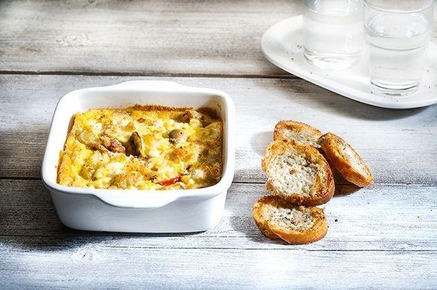 Ομελέτα φούρνου με λουκάνικο, πατάτες, τυρί και φανταστικά ροκφοροψωμάκια