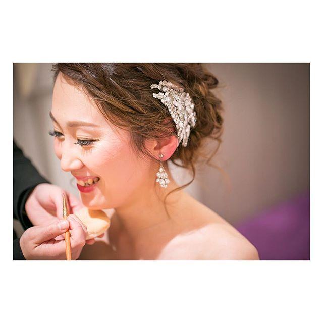 ☆彡.。 ~wedding report~ *お支度編* フォトシューティングより こっちの方が先でした . 定番のこのshot✨ なんかの拍子に笑っちゃいました笑 笑ってないshotもありますが、 自分らしいこちらをÜP 手作りのヘッドドレス&イヤリングが バッチリ写っていて良い感じです . #ウェディングソムリエアンバサダー #2016結婚式 #2016花嫁  #マリオットウェディング #ホテル婚 #taiyuriwedding #東京マリオットホテル  #東京マリオットホテルウェディング #2016swd #20160319結婚式 #TEAM0319 #2016wedding #wedding #春婚#marry花嫁 #インスタ花嫁#ワーキング花嫁 #雨夫婦 #卒花 #marryアプリ掲載応募 #お支度ショット #ウェディングニュース#ハナコレストーリー