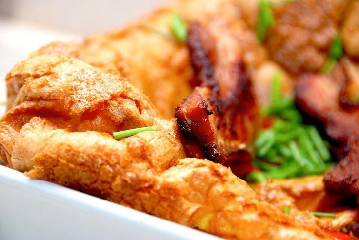 Opskrift på æggekage i ovn, der er verdens bedste æggekage. Æggekagen bages godt af, og pyntes med bacon, tomater og purløg. Æggekage i ovn er fantastisk både som hovedmåltid, men bestemt også på f…