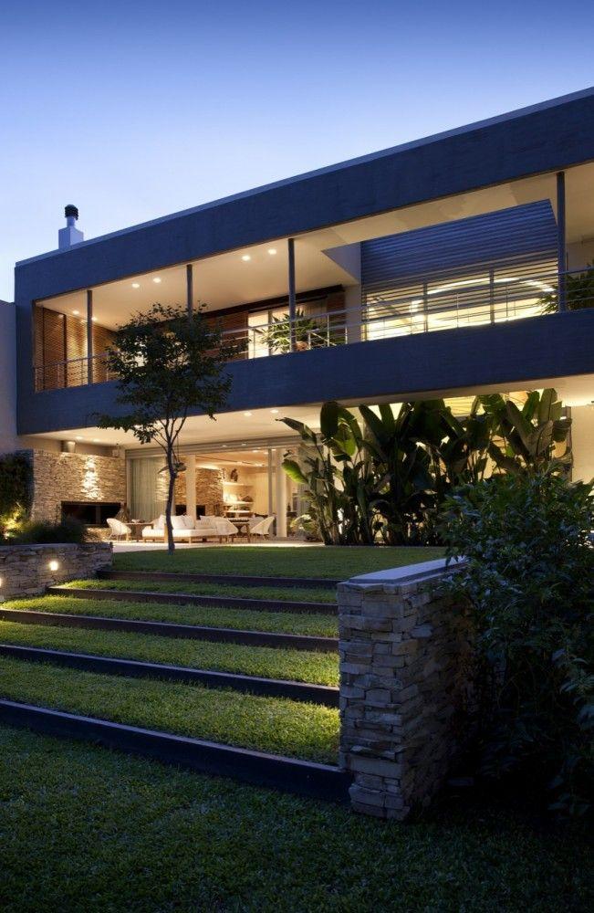 Residência contemporânea com iluminação que integra.