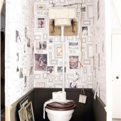 toilettes avec le marvellous papier peint @Graham Jenkin Jenkin Jenkin Jenkin Jenkin & Brown