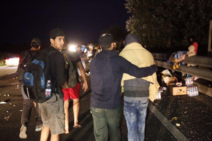 elcsigázott menekültek, M1-es autópálya, illegális bevándorlás - Több száz migráns elindult a Keleti pályaudvarról
