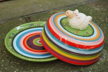 Gabi Winterl Keramik, Butterdose aus Keramik mit Schaf und Blumen