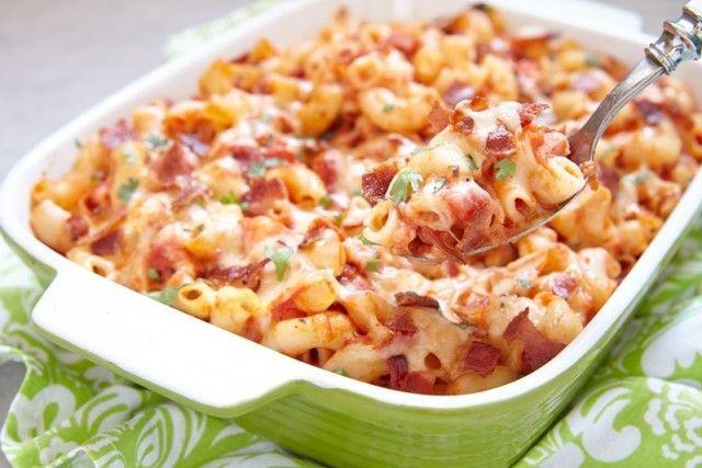 La pasta al forno con pancetta e scamorza è un primo piatto semplice ma particolare al tempo stesso, perfetto per il pranzo della domenica. Ecco la ricetta