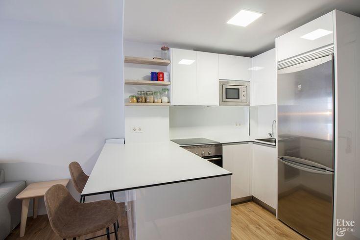 Cocina #EtxeAndCo   Pequeño piso de 30m2 en San Sebastián reformado integramente y convertido en un apartamento amplio, espacioso y luminoso. #Cocina #Kitchen #Interiorismo #CoachingInmobiliario #Reforma #SanSebastian #Donostia