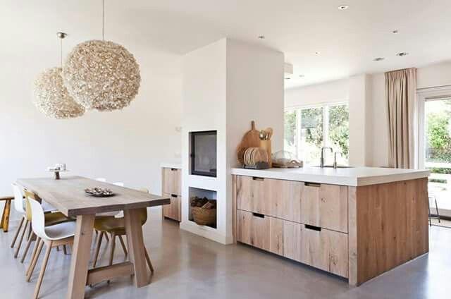 Keuken inspiratie | doorkijkhaard zorgt voor zicht op het vuur in woonkamer, keuken & eettafel | interieurinspiratie