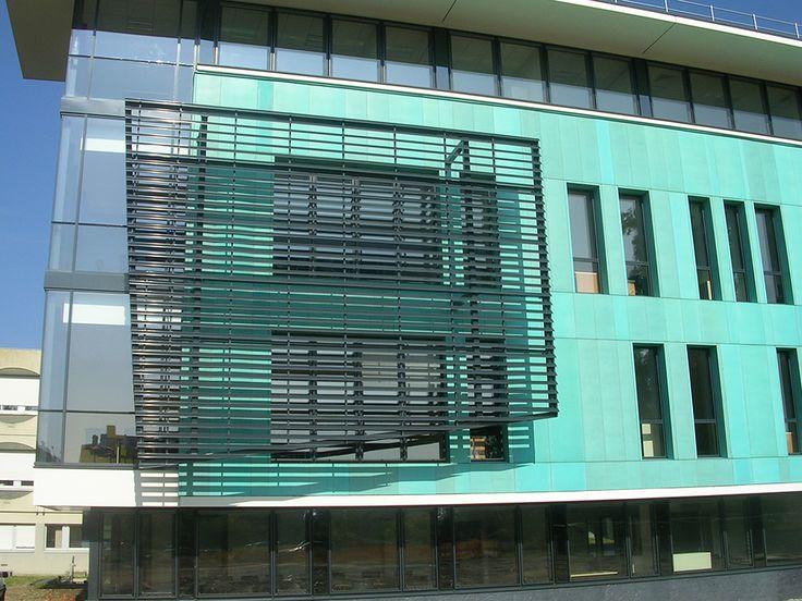 """BARDAGE À VENTELLES ESA, ANGERS(49) Architecte : ESA Cabinet Rolland Pose : Ets Brault Lames clippables en forme de """"Z"""" FL700 (RAL 7016 sat.). Pose verticale."""
