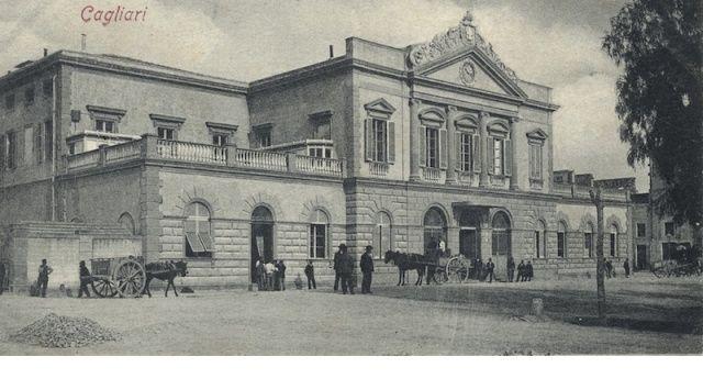Nel 1899 una grande tragedia sconvolse Cagliari in un giorno di festa. Coinvolte nel crollo di un parapetto della stazione di Cagliari tante giovani donne sarde. Una disgrazia che funestò la città