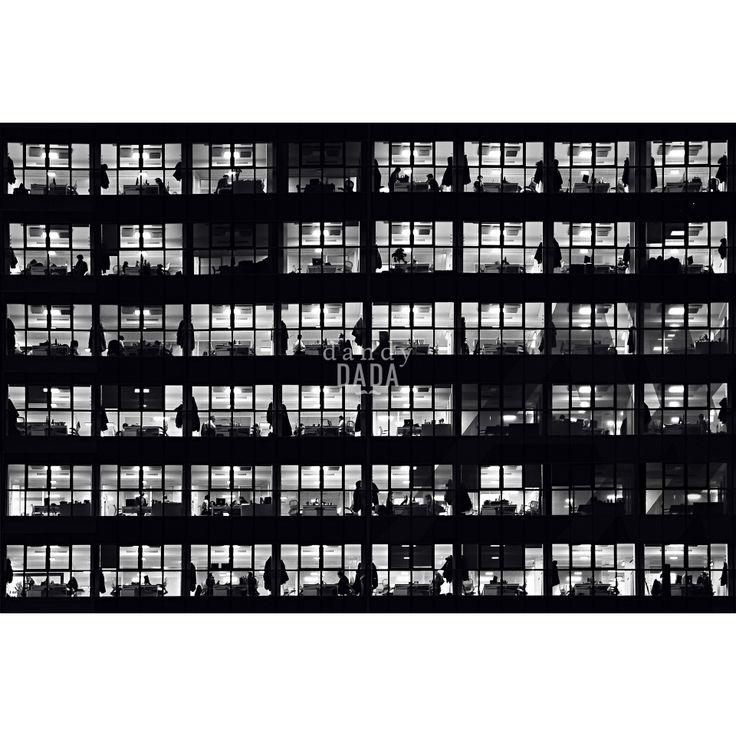Progetto fotografico di Flavio Di Renzo. L'uomo e la città. Un gioco visionario in cui la realtà della città è sostituita dal pensiero da cui scaturisce una nuova poetica romantica. #fotografia #uffici #lavoro #uomini #alveare