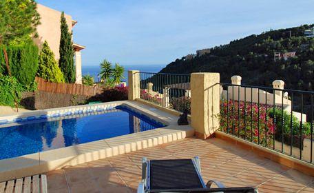 Vakantievilla huren met zwembad aan de #CostaBlanca. De meest populaire accommodatie van de laatste tijd; er is een groeiende trend van vakantiegangers die massaal voor een vakantiehuis met privé zwembad kiezen. Steeds meer vakantiegangers zoeken en boeken direct online een appartement, vakantiewoning of villa met zwembad. Uitgebreide luxe voorzieningen in de woning zijn niet zo belangrijk als er maar wel internet met wifi is! #Yazuul