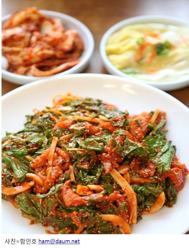 Seodae-hoe-muchim is sliced raw seodae fish mixed with various seasonings, vegetables, and vinegar. This delicacy of Yeosu uses natural vinegar made from makgeolli (rice wine) that has been fermented for at least a year, so it has a very deep and rich taste.