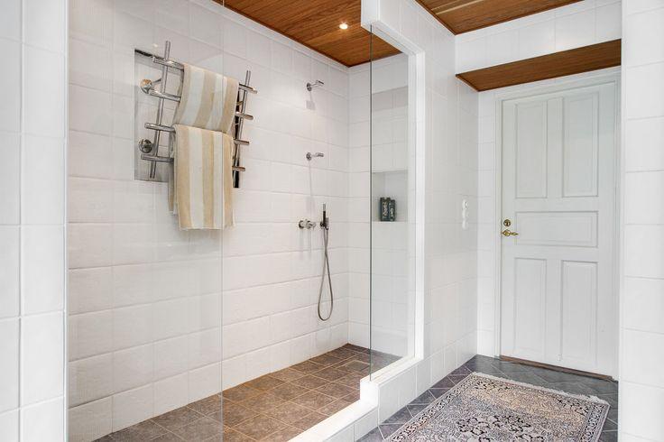Bra dusch med minimalt stänk på golvet, snyggt är det också - bravo! - Mahults Herrgård, Halmstad.