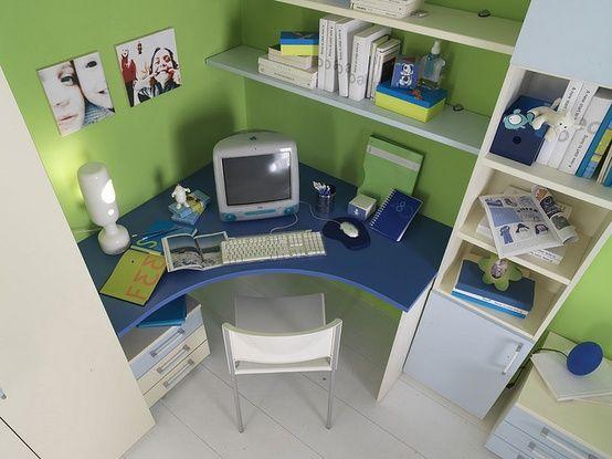 runder schreibtisch im kinderzimmer blau gr n ecke schreibtisch pinterest. Black Bedroom Furniture Sets. Home Design Ideas