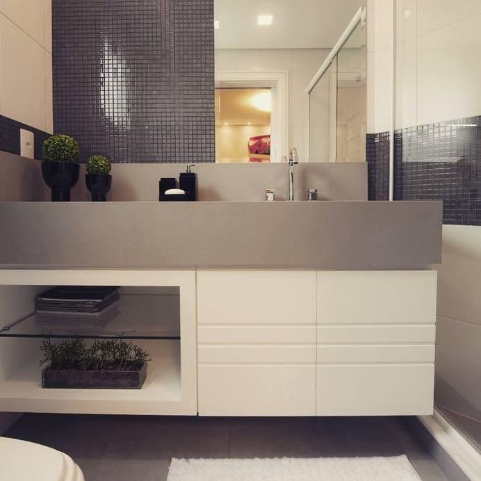 Com branco e bege no banheiro não tem erro! {Projeto: Viviane Loyola} #interiores #inspiração #banheiro #branco #bege #pastilha #mármore #frisos #coresneutras #vivianeloyola #inspiration #interiordesign #bathroom