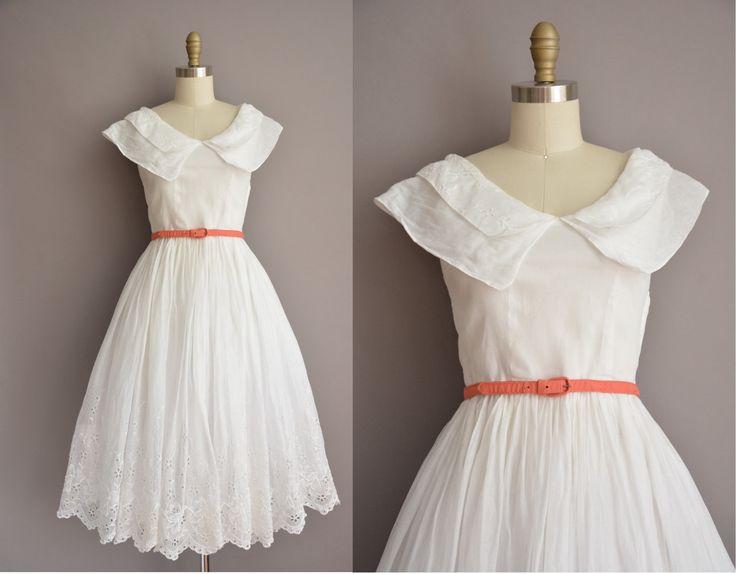Prachtige vintage jaren 1950 witte katoenen organdy chiffon jurk met een grote kraag, detail van de oogje, vleiende gesmoord taille fit,