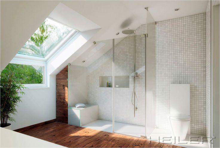 Badezimmer mit Dachschrägen. Ich weiß nicht, ob mir das helle Zimmer oder die große Duche besser gefallen soll.