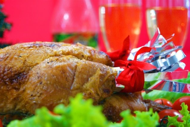 クリスマスといえばローストチキンですよね。 丸鶏を家で調理するのは難しそう、と敬遠してきましたが、 丸焼きの方…