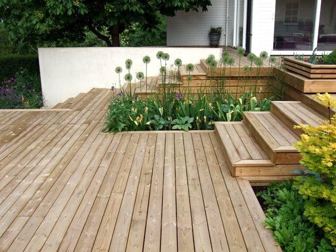 trädäck med nivåskillnader och inbyggd grönska