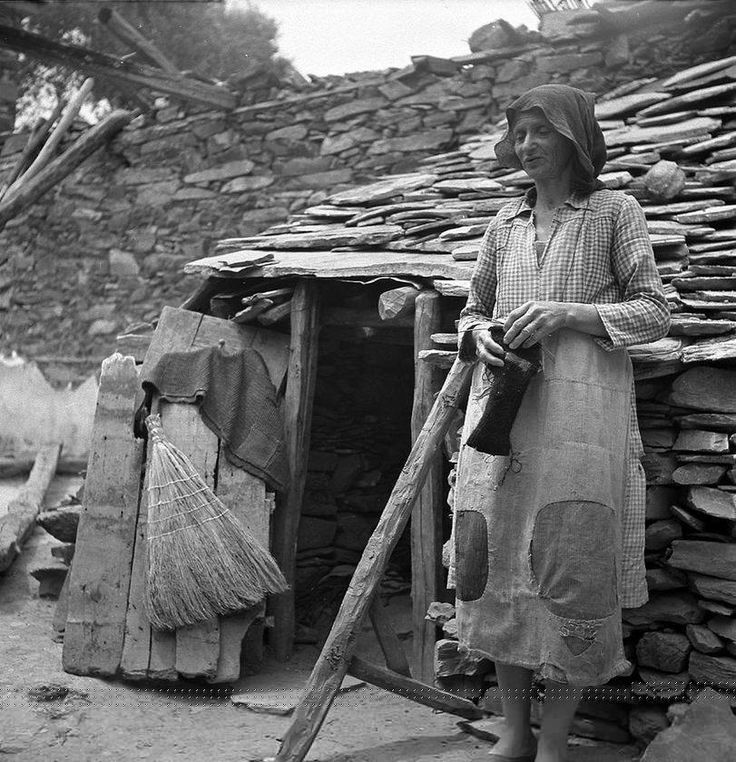 """Γυναίκα έξω από το """"σπίτι"""" της,στα Καναλια Μαγνησίας, 1946... Φωτογράφος Βούλα Παπαϊωάννου."""