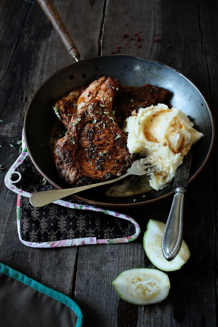 Pork chops with oregano, sumac, garlic and paprika paste © Mónica Pinto