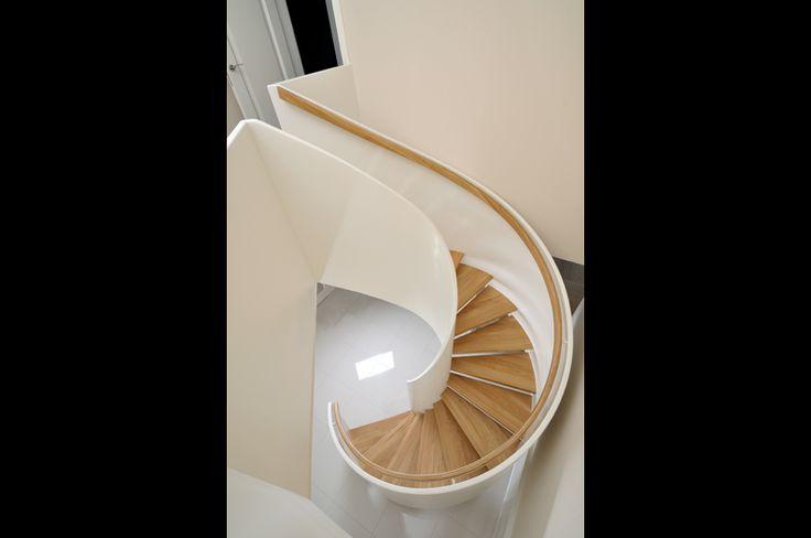 Schody drewniane gięte. Połączenie jasnego drewna z bielą i nowoczesny design. więcej na http://www.schody.net.pl/galeria/schody/index.html