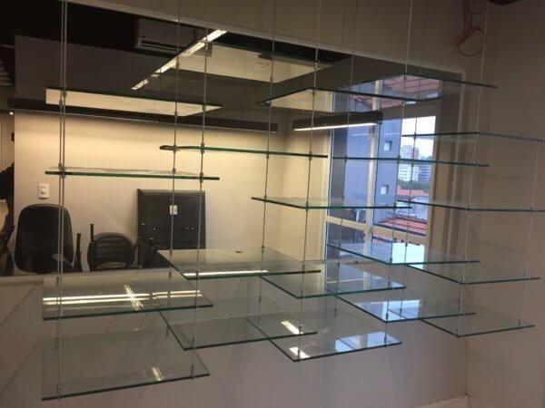 Prateleira de vidro suspensa por cabos de aço fazemos tudo sob medida consulte-nos