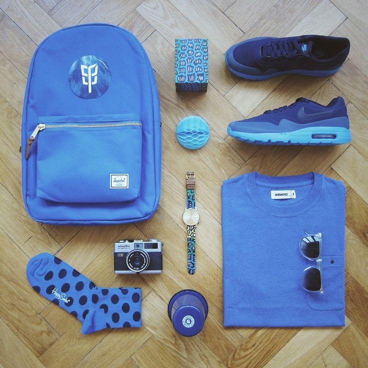 We love blue. Triko Wemoto, batoh Herschel Supply, boty Nike, hodinky, brýle Komono, ponožky HappySocks. To vše na www.freshlabels.cz