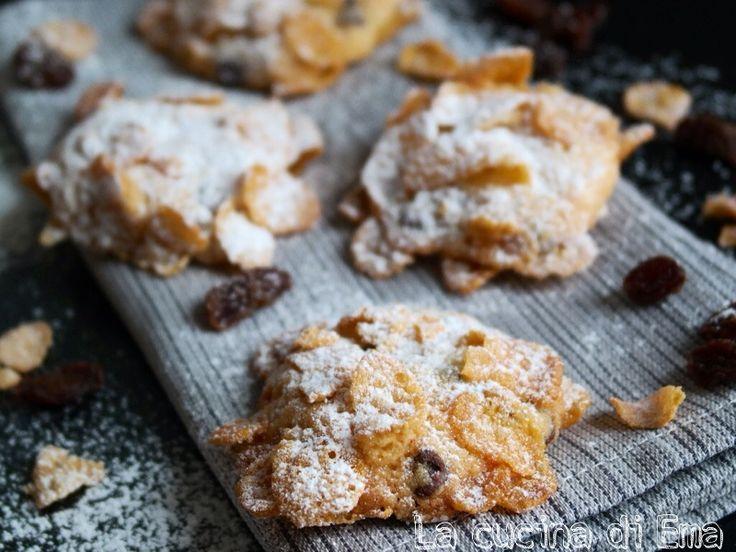 Deliziosi biscotti con uvetta o gocce di cioccolato, ricoperti da una pioggia di leggerissimi fiocchi di cornflakes e zucchero a velo
