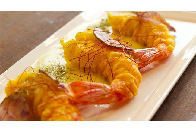 Tempura di pesce: Mazzancolle su Crema di Patate Viola