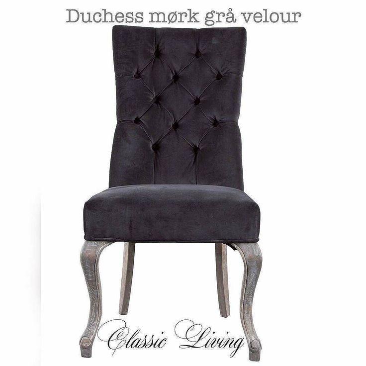 DUCHESS Mørk Grå Velour  Duchess spisestuestol er en elegant spisestuestol med høy rygg og svært god sittekomfort. Spisestuestolen er trukket i nydelig og slitesterk mørk grå velour og stolen kommer med sølvnagler. Bena er kurvede og lekre.  Spisestuestolen er utsmykket med sølvfarget ring på stolryggen. #classicliving #classy #homedesign #house #interiør #furniture #home  #interior125 #vakrehjemoginteriør #housestyling #homestyling #vakrehjem #housedecor #nordiskehjem #nordicinspiration…
