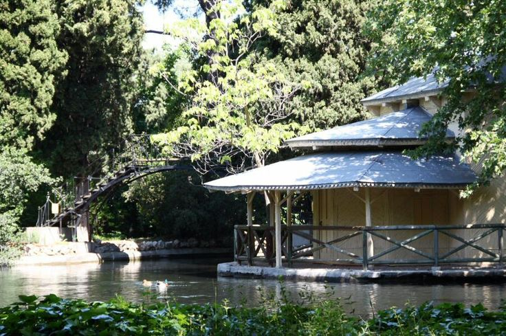 Casa de cañas en el estanque del jardín inglés de El Capricho en Madrid