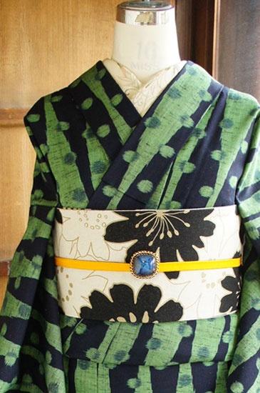 スモークがかったグリーンとシックな黒で織り出された水玉立涌ストライプがレトロポップモダンなウールの単着物です。