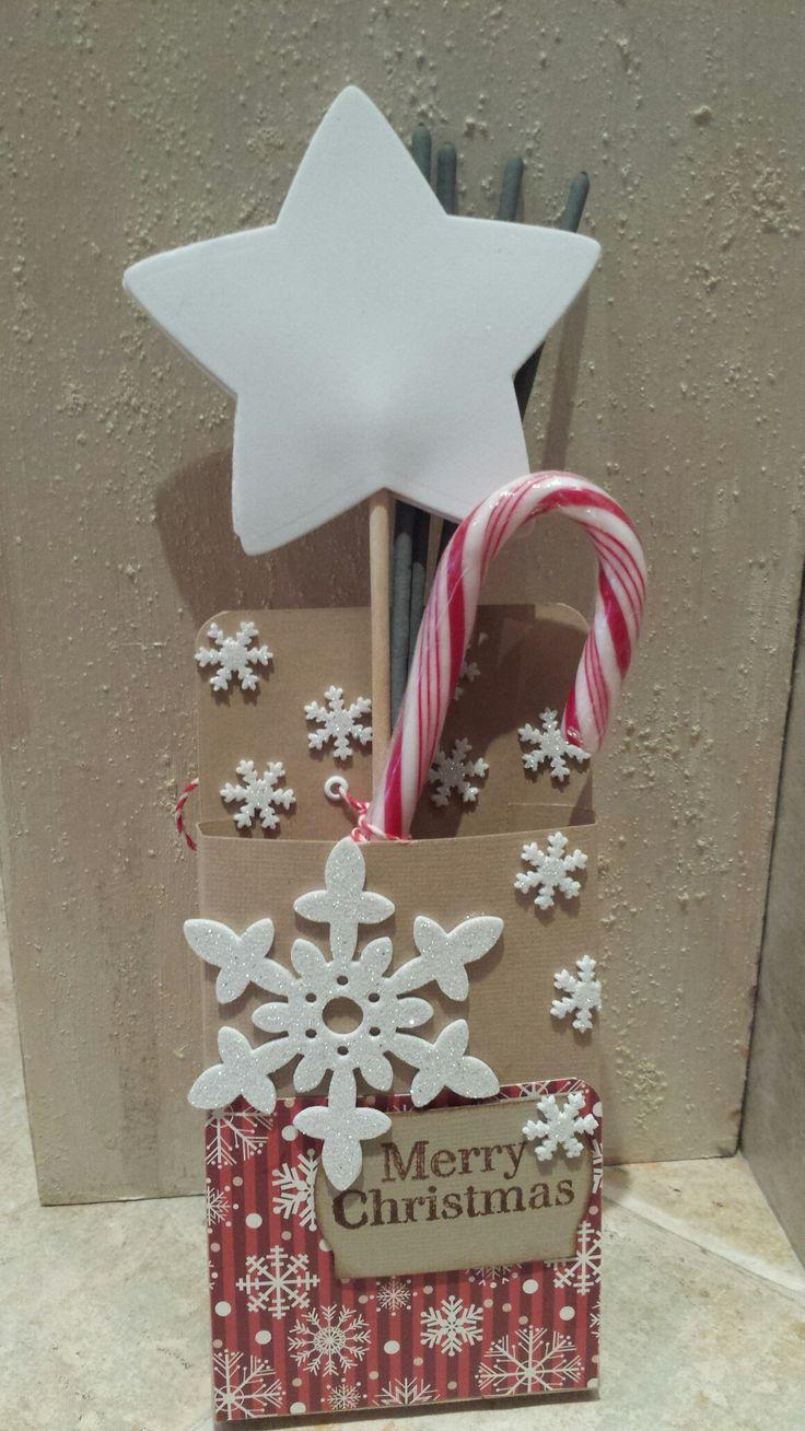 Per augurare un anno magico(la bacchetta) scintillante (le stelline di capodanno) dolce (la leccalecca)...la scatolina può contenere messaggi, soldi, gift card, cioccolata, per sorprendere chi la riceve!