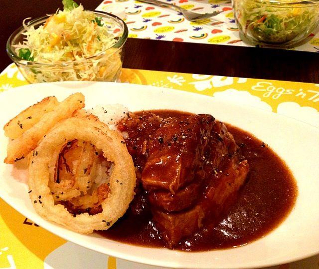 お肉を大きく切ってボリュームある仕上がりに。ベースは玉ねぎのみじん切りをじっくり炒めました。お肉は2時間煮込んでトロントロンです(^_^) - 50件のもぐもぐ - 豚バラブロックのカレー・オニオンリング添え、サラダ(キャベツ、レタス、ニンジン、コーン) by gohandaisuki