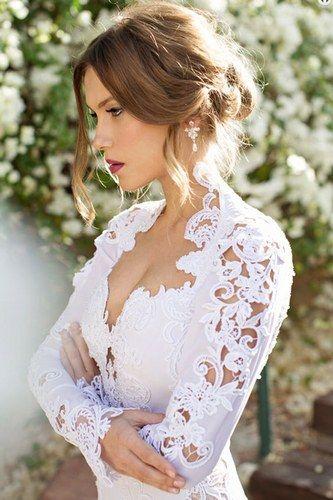 Wow! Was für eine sexy Braut in Spitze! Die schönsten Brautfrisuren 2015: Wir sagen Ja zu diesen Haar-Trends! www.gofeminin.de/hochzeit/album758440/die-schonsten-brautfrisuren-2015-wir-sagen-ja-zu-diesen-haar-trends-0.html#p20