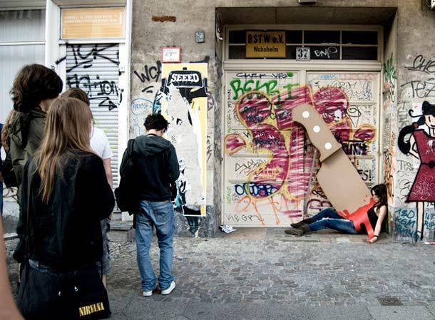 « The Knife » est un projet artistique réalisé par Maria Lujan et Wolfgang Krug, mettant en scène des meurtre perpétrés au couteau géant dans les rues berlinoises.