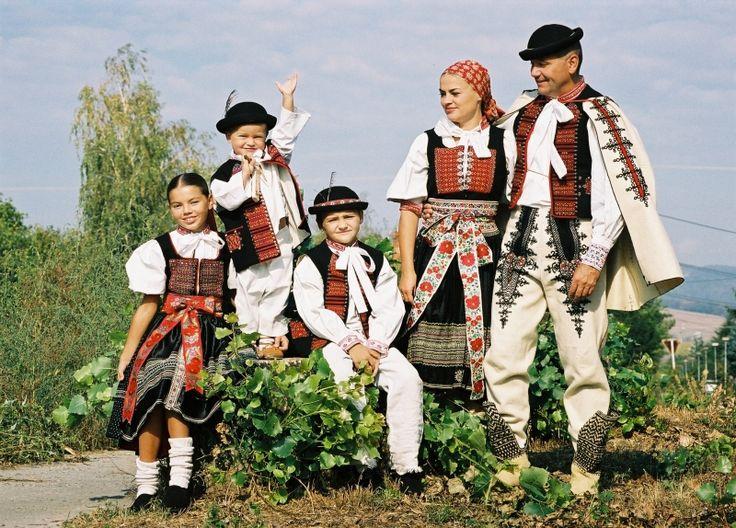 http://www.soblahov.sk/wp-content/uploads/2015/11/soblahovsky_kroj_4.jpg