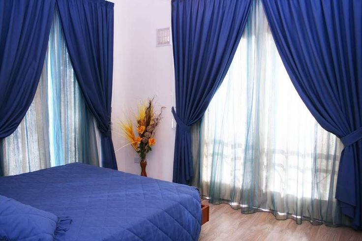 SOVEFARGEN: Blått og grønt er de beste fargene, ifølge Tove Steinbo. De orange blomstene kan sprite opp med mer romantikk på soverommet.