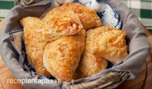 Gevulde bladerdeeghapjes met kip, kaas en jalapeno peper