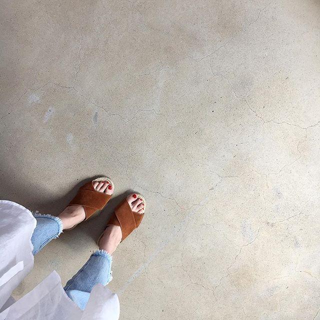 * 昨年の妊娠中に、ゾウさんの足のように浮腫んで履ける靴がなかったので慌てて買ったサンダル₊⁎⁺˳✧༚ . どうやら今年大活躍しそうだな…*・*:.。.:*・' . . . #coordinate#ootd#outfit#locari#ponte_fashion#mineby3mootd#gu#コーディネート#コーデ#プチプラ#プチプラコーデ#ママ#ママコーデ#フリンジデニム#サンダル#フレンチリネンシャツワンピース#足元くら部#シャツワンピ#セルフネイル