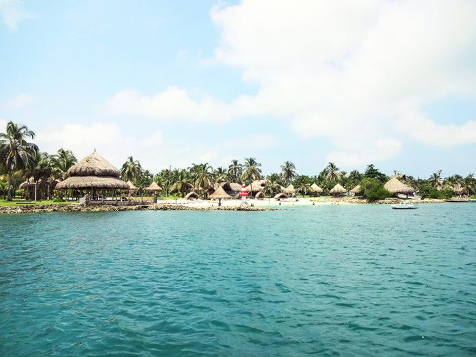 Discover the mindbowingly beautiful Isla Múcura, a true gem in Clombia's Caribbean Sea. Accomodation, activities and weather here.