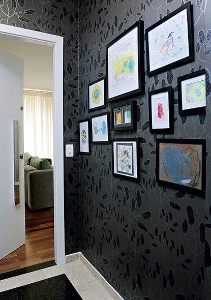 """Para expor os desenhos de Fernando, 5 anos, no hall de entrada, o designer de interiores Gabriel Valdivieso montou quadrinhos. """"Como elas possuem abertura atrás, como porta-retratos, dá para trocar de acordo com as fases de meu filho"""", diz a moradora"""