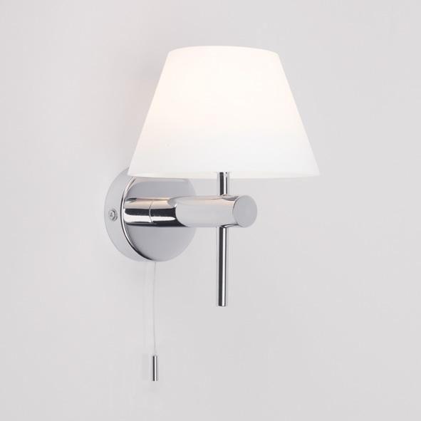 ROMA è un'applique  per bagno,  IP44 in metallo cromato con vetro conico opalino bianco e dotata di interruttore a tirantino