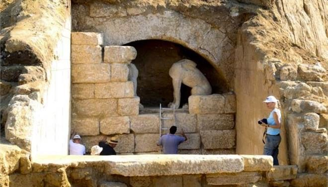 Archaeologists have unearthed a vast ancient tomb in Greece, distinguished by two sphinxes and frescoed walls and dating to 300-325 B.C., in the country's northeast Macedonian region, the government said on Tuesday. The two sphinxes guarding the entrance of the ancient Macedonian tomb [Credit: INTIME NEWS]
