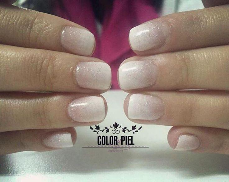 Último trabajo del día, degradé tan popular en blanco y rosado más microglitters. #esmaltadopermanente #efectodegradé #uñaspopulares (en Salón Flash Brazil)