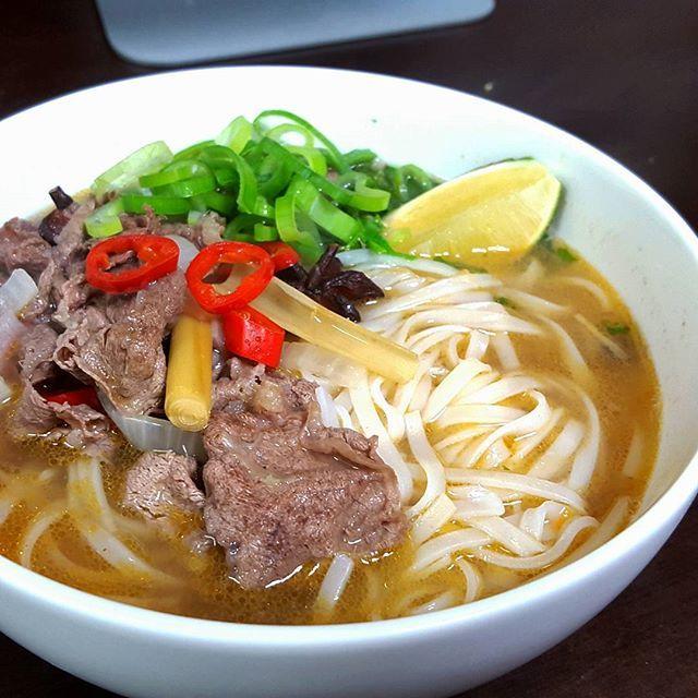 점심으로 베트남 쌀국수랑 청하온더락스~! 저번에 넣었던 우동면이 더 어울리는듯... 담엔 숙주도 같이 넣어먹어야딩  #vietnamesenoodle #eastsouthasian #lunchtime #vietnamfood #베트남쌀국수 #홈메이드